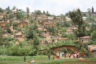 "Kigali is a rapidly growing city. Adequate supply and disposal systems are major challenges. Agatare is a typical hillside settlement in the Rwandan capital. The ""Rapid Planning""-project develops options for how the city can provide adequate access to basic infrastructure. (Agates in Kigali, Rwanda, Nov. 2016)."