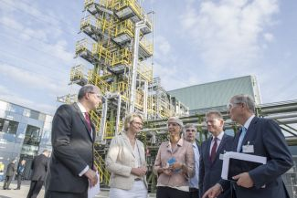 Planning to use the waste gas: Dr. Donatus Kaufmann, Federal Minister Anja Karliczek, Dr. Wiebke Lüke, Dr. Markus Oles, Guido Kerkhoff and Dr. Reinhold Achatz (f.l.t.r).