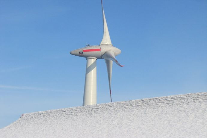 A new polymer skin can keep wind turbines and aircraft free of ice. With ice and fast the operation can continue.