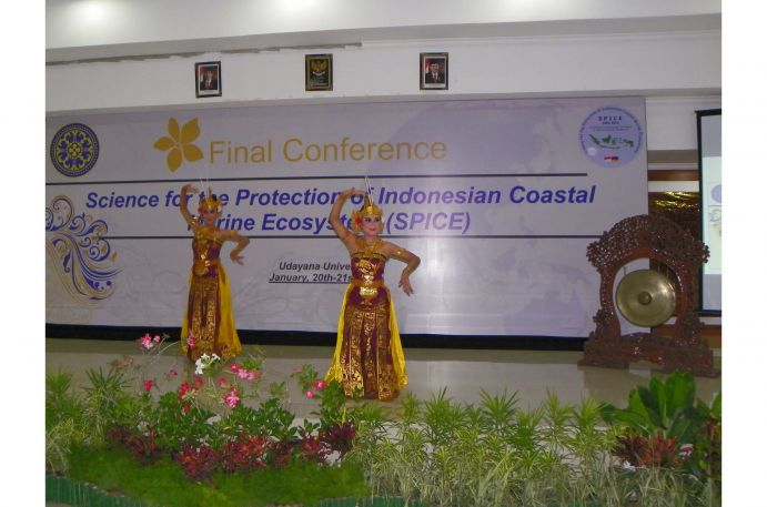 Indonesian students opened the conference with traditional dances.