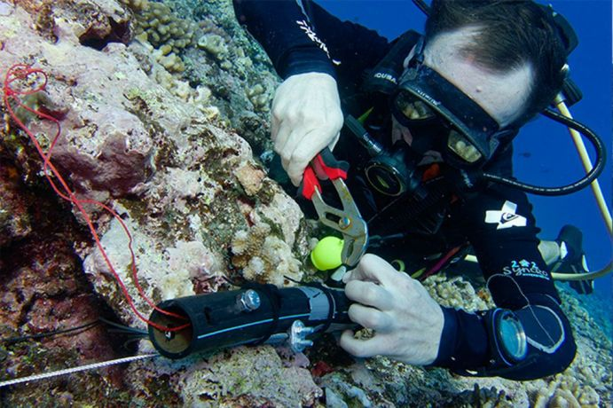 Attachment of pressure sensors on the offshore reef of Teahupo ' O, Tahiti.