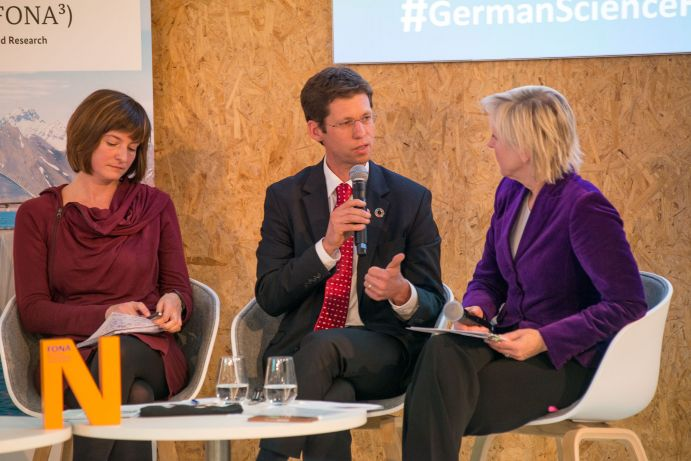 "Lili Fuhr (Heinrich Böll Stiftung), Mark Lawrence (IASS) und die Moderatorin Conny Czymoch bei der German Science Hour ""Failing the carbon budget"", Deutscher Pavillon, COP 23, Bonn"