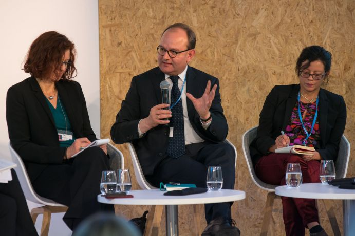"Nicole Wilke (BMUB), Ottmar Edenhofer (PIK) und H.E. Janine Felson (Permanent Mission of Belize to the United Nations auf dem BMBF-Side Event ""Global Stocktake: Information from science"" auf dem deutschen Pavillon (COP 23, Bonn)"