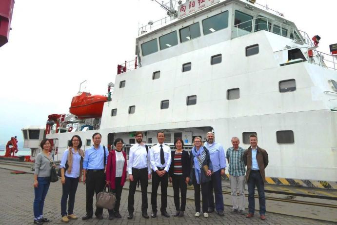 The delegation in front of the new SOA research vessel