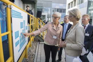 Wiebke Lüke,Carbon2Chem Project Manager, explains the functioning of the pilot plant to Federal Minister Anja Karliczek.